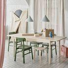 Mélanger les meubles en bois coloré et en bois clair