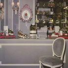 La collection de rouge à lèvres Dior présentée en 1955 dans l'une des boutiques de la maison