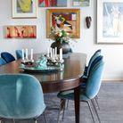 La chaise Beetle bleue dans une salle à manger arty