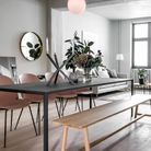 La chaise Beetle rose accompagnée d'un banc en bois clair