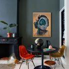 La chaise DSW colorée dans une pièce foncée