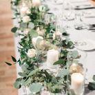 Chemin de table en eucalyptus décentré sur la table