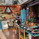 Une cuisine remplie (et colorée)