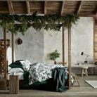 L'idée qu'on pique à la collection Noël H&M Home : habiller une ancienne échelle de peintre de guirlandes lumineuses