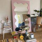 Miroir rose se fondant dans un intérieur