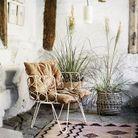 On adopte la décoration corail avec un tapis dans le salon
