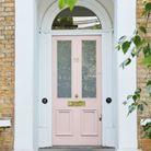 Une porte d'entrée rose pâle
