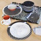 Assiette en porcelaine avec motif face line art