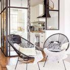 Un fauteuil Acapulco noir dans un intérieur élégant