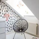 Un fauteuil Acapulco noir dans une chambre d'enfant black & white