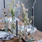 Des bouquets de fleurs séchées en guise de déco de table