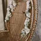 Un fauteuil en cannage orné de fleurs séchées
