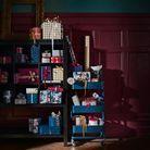 Remplir un petit meuble ouvert de paquets cadeaux