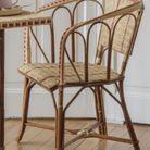 Un fauteuil en rotin