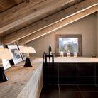 La lampe Pipistrello dans une salle de bains boisée