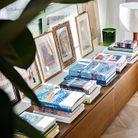 Des livres et œuvres d'art parsèment les pièces