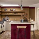 Une cuisine miel ambré et rouge de bordeaux