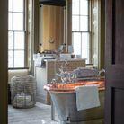 Une salle de bains organisée autour de la baignoire