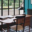 Un bureau chaleureux grâce au duo moquette et mur bleus