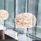 Une lampe à poser design avec un abat-jour en plumes