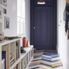 Une porte en bois et un parquet repeints dans des teintes bleues pour un style dans l'air du temps
