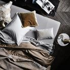 On craque pour des matières comme le velours et le satin pour créer une chambre cosy