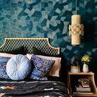 Une chambre bleue au papier peint grapique