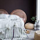 Multiplier les oreillers, plaids et jetés de lit pour une chambre cocooning