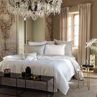Une parure de lit de blanche
