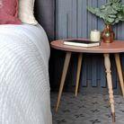 Une table de chevet féminine