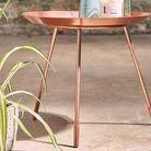 Une table de chevet métallisée