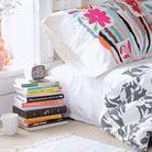 Une table de chevet avec une pile de livres