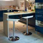 Une cuisine avec un bar qui fait office de table