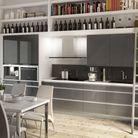 Une cuisine avec rangements en hauteur