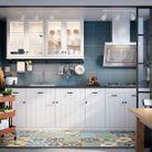 Cuisine IKEA blanche avec une verrière