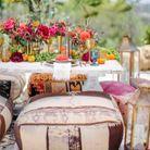 Une décoration de table d'été marocaine via la table basse, les poufs, les tapis et les lanternes accumulées
