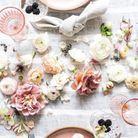 Pour une déco de table réussie pour la Saint-Valentin, succombez aux fleurs