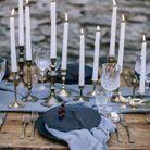 Décoration de table hiver : mixez les chandeliers accumulés sur la table