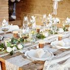 Éparpillez des fleurs sur votre table champêtre