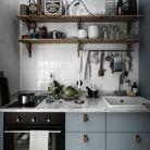 Une petite cuisine qui multiplie les rangements au mur