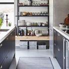 Meuble de cuisine : une étagère pour exposer la vaisselle