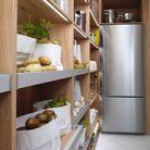 Un réfrigérateur installé dans un renfoncement