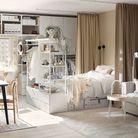 Un lit avec rangement intégré