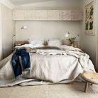 Des rangements muraux pour une petite chambre au sol dégagé