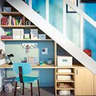 Des rangements avec bureau sous l'escalier