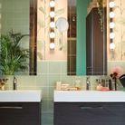 Une salle de bain rangée et sereine