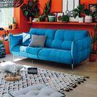 Mandarine et bleu électrique pour un salon vitaminé