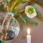 Une boule de Noël fleurie