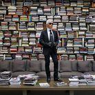 Karl Lagerfeld prend la pose sur la table de sa bibliothèque