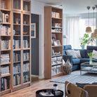 La bibliothèque Billy dans une déclinaison de bois clair, avec et sans portes vitrées